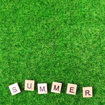 Verão de palavra de cartas de jogo na grama
