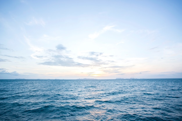 Verão e céu azul com ondas do mar azul superfície macia e pôr do sol de beleza