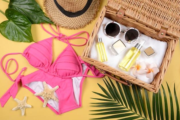 Verão e protetor solar, produtos de beleza cosméticos para cuidados com a pele e acessórios femininos.