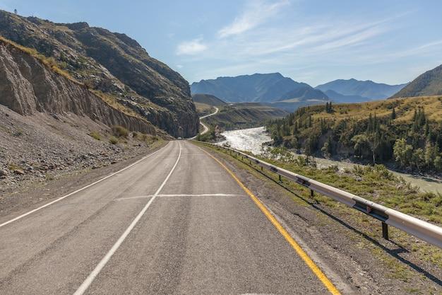 Verão em altai, rússia, estrada para as montanhas de altai