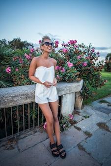 Verão, estilo de vida, estilo de vida, retrato, jovem, elegante, hipster, mulher, sentando, concreto, desgastar, bonito, trendy, branca, roupa. mulher que gosta de viajar na cidade européia