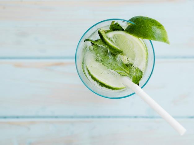 Verão fresco cocktail com limão, hortelã e gelo