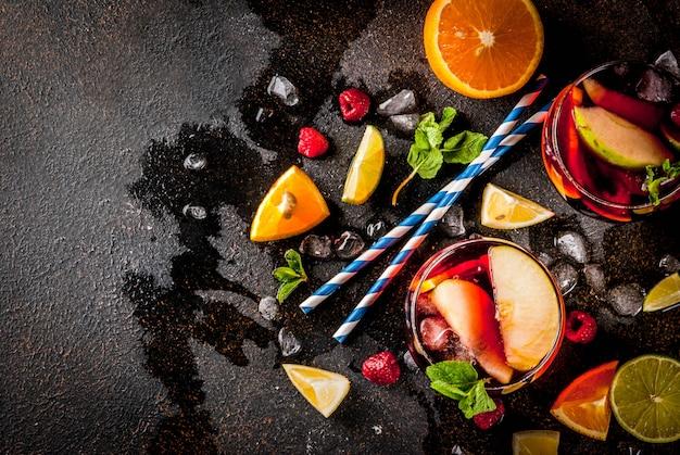 Verão frio cocktail, sangria de vinho tinto de frutas e bagas com maçã, limão, laranja e framboesa.