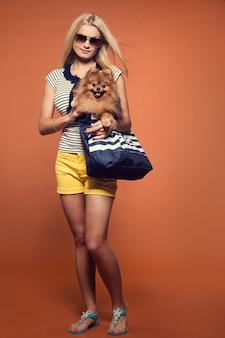 Verão. loira linda com cachorro