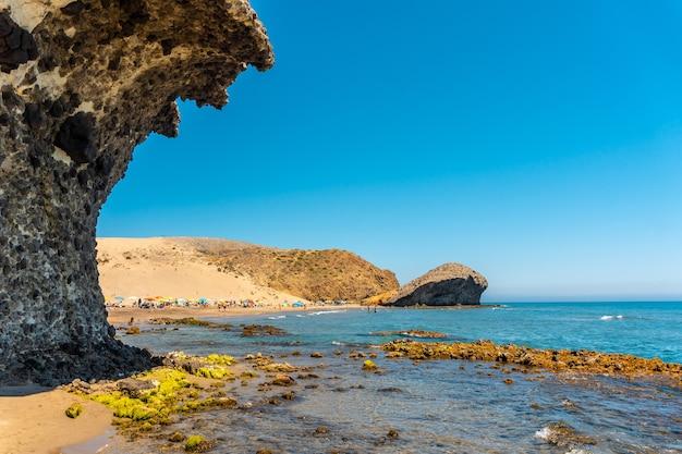 Verão na praia de monsul no parque natural cabo de gata, criada com formações de lava erodidas no município de san jose, almeria