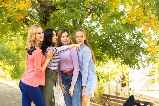Verão outono férias, feriados, viagens e pessoas conceito - grupo de jovens mulheres no parque