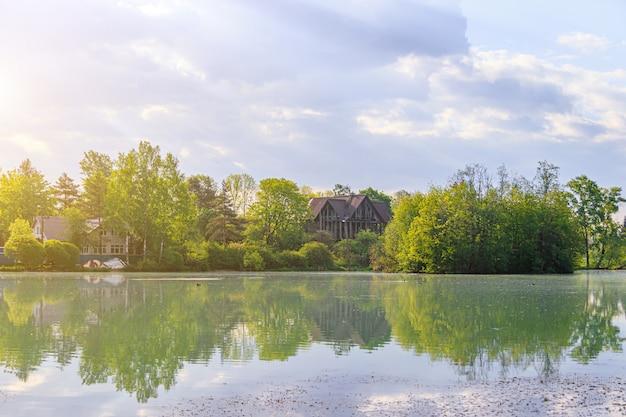 Verão paisagem nascer do sol no lago. luz da manhã. reflexo na água do lago. lago espelho. viagem. recreação ao ar livre.