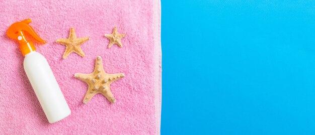 Verão praia plana leigos acessórios. creme protetor solar garrafa, toalha e conchas. conceito de férias viagens com espaço de cópia