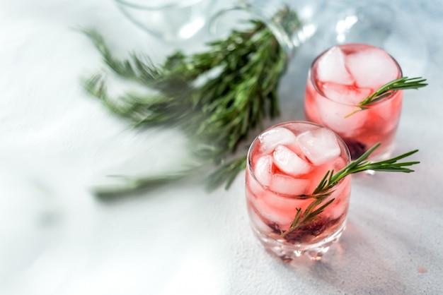 Verão refrescante bebe coquetéis em copos com gelo