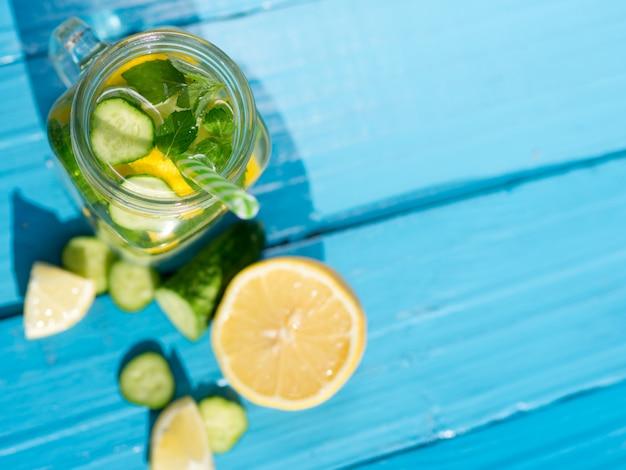 Verão refrescante cocktail com limão e hortelã com espaço de cópia