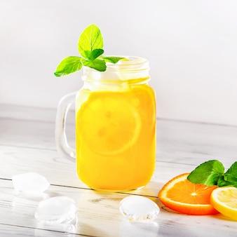 Verão refrescante cocktail com limão, hortelã e gelo no copo.