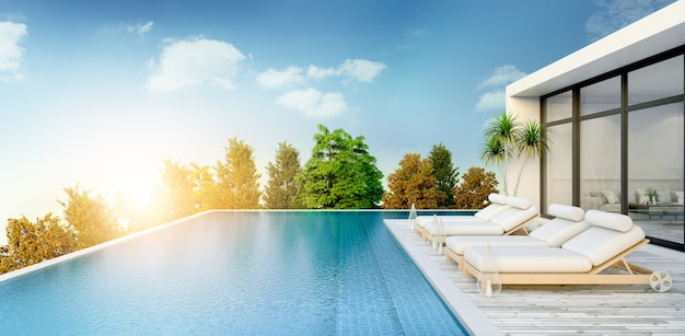 Verão, salão de praia, espreguiçadeiras no deck para banhos de sol e piscina privada