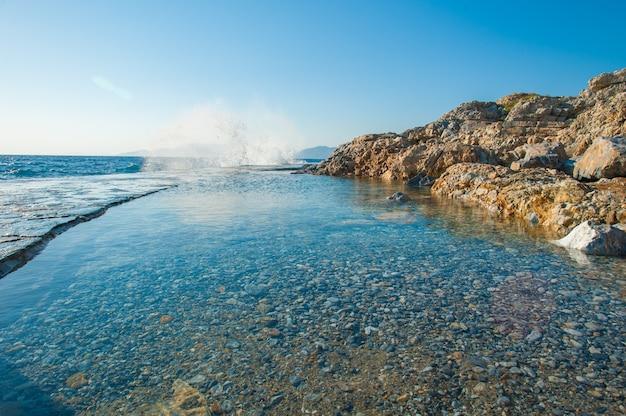 Verde, água azul na costa da praia, um resort para nadar