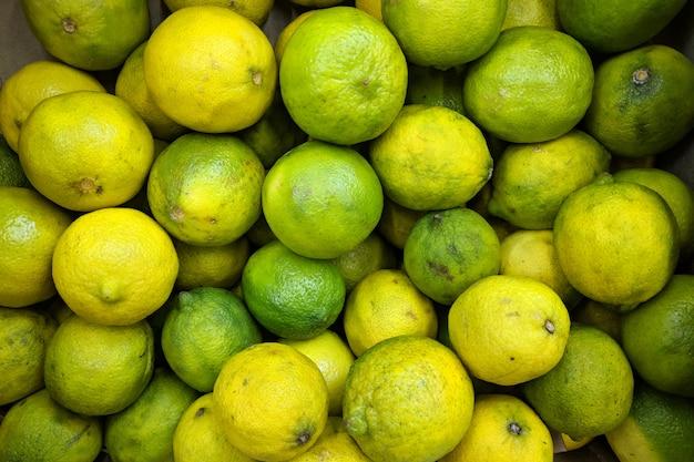 Verde-limão na caixa, plano de fundo. variedade de limas frescas cultivada na loja. limas adequadas para suco, coquetel