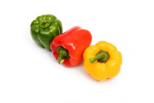 Verde, vermelho, amarelo pimentão doce isolado no fundo branco