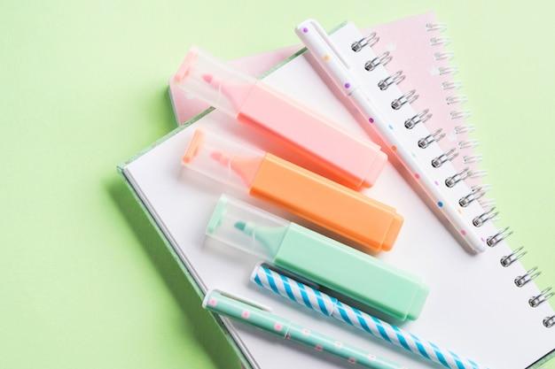 Verde volta para a escola plana leigos com papelaria pastel