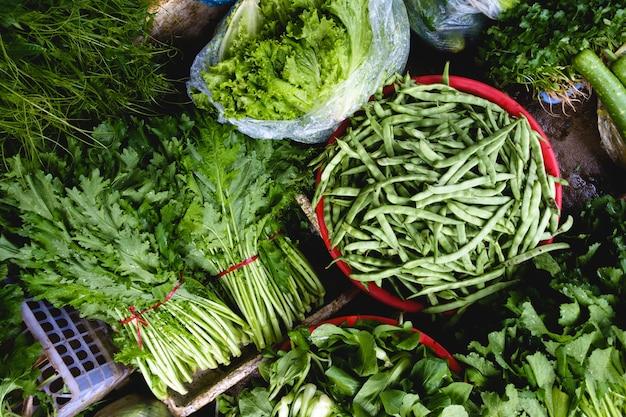 Verdes e vagens de feijão no mercado