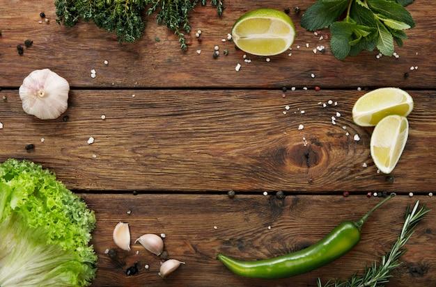 Verduras e frutas com espaço de cópia de mesa de madeira rústica