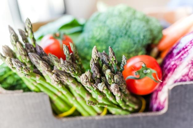 Verduras frescas e vegetais com entrega segura sem contato