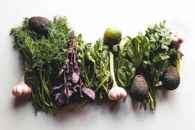 Verduras frescas em um fundo branco, alimentos saudáveis para a saúde e a limpeza.