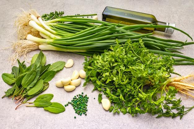 Verduras frescas em uma mesa de pedra, vista superior