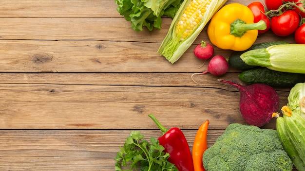 Verduras planas na mesa de madeira