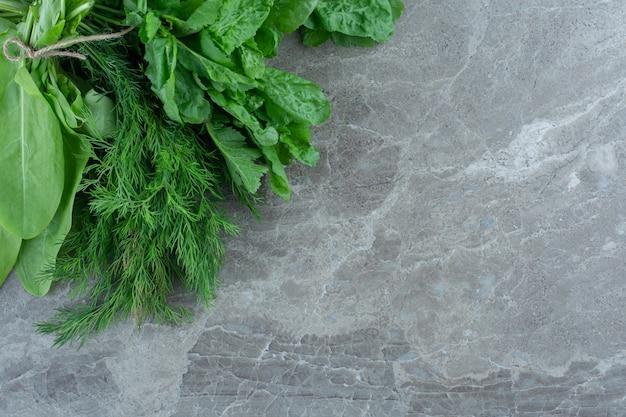 Verduras recém-colhidas, na mesa de mármore.