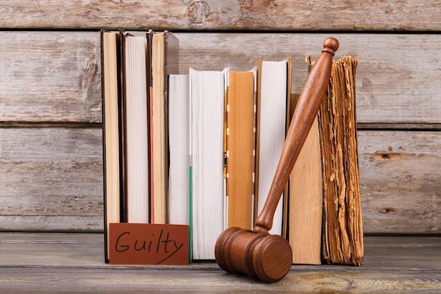 Veredicto de culpado e martelo de madeira. coleção de livros de direito ainda composição da vida.