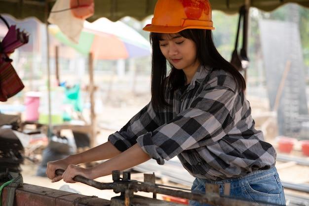 Vergalhão, dobrar, por, trabalhador, ligado, enferrujado, gabarito, em, local construção