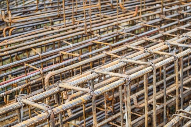 Vergalhões de aço para concreto armado em canteiro de obras