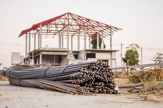 Vergalhões de aço para concreto armado no canteiro de obras