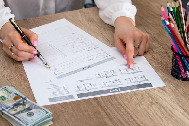 Verificação da mulher preenchida na lista de tarefas do escritório.
