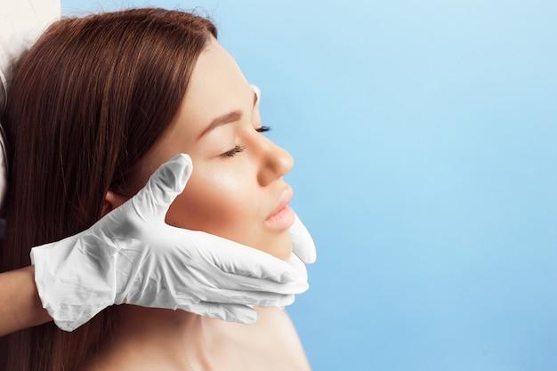 Verificação da pele antes da cirurgia plástica