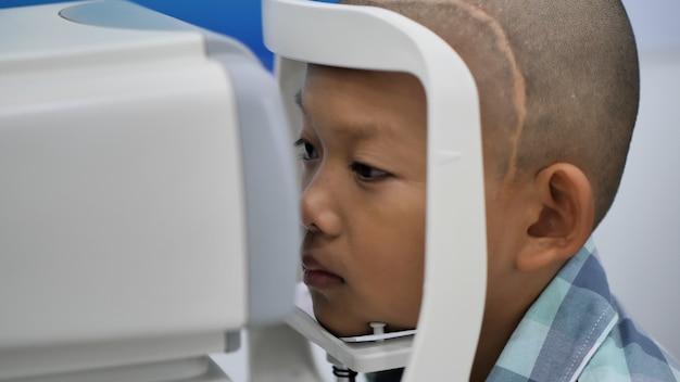 Verificação da visão. meninos asiáticos que têm deficiências visuais