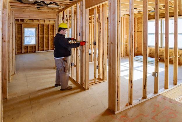 Verificação de especialista elétrica inspeciona os sistemas elétricos da casa, eletricista segurando o tablet pc