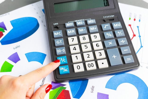Verificação de relatório contábil na mesa de negócios. calculadora