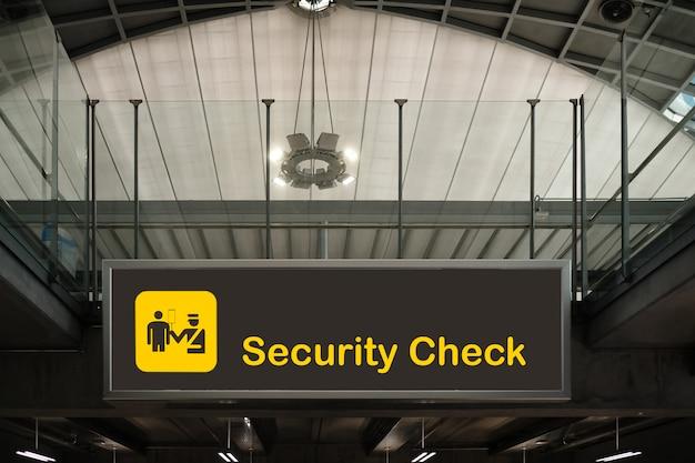 Verificação de segurança dentro de sinal de aeroporto.