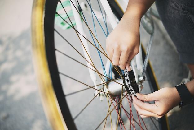 Verificando a corrente da bicicleta