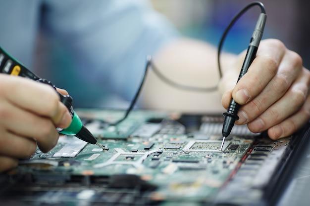 Verificando a corrente na placa de circuito do laptop