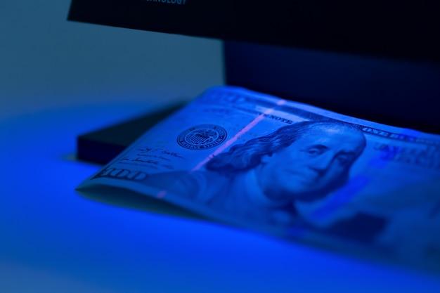 Verificando dinheiro de perto