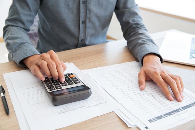 Verificando homem contagem mesa de trabalho