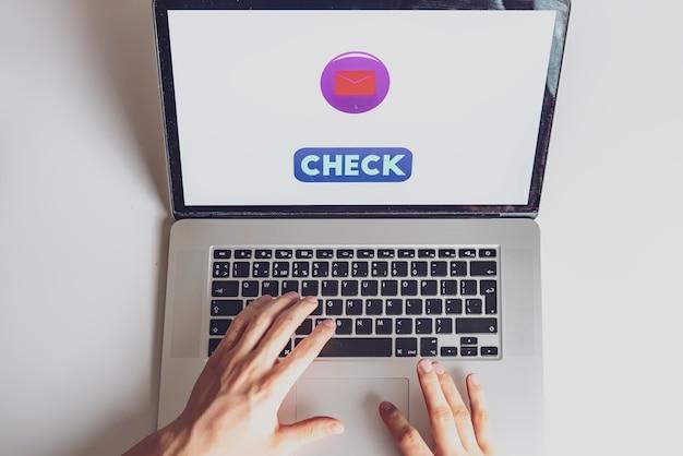 Verificando homem no laptop b