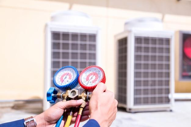 Verificando o condicionador de ar.