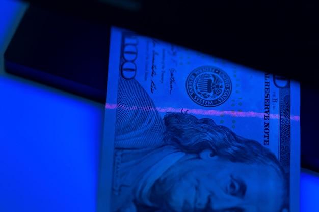 Verificando o dinheiro de perto