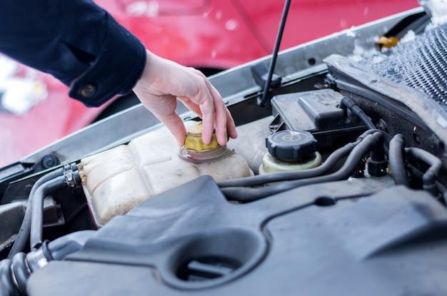 Verificando o refrigerante no carro