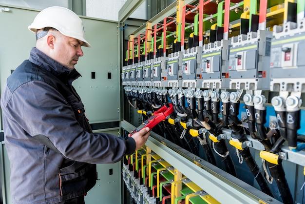 Verificando os níveis de tensão de operação do compartimento do painel solar