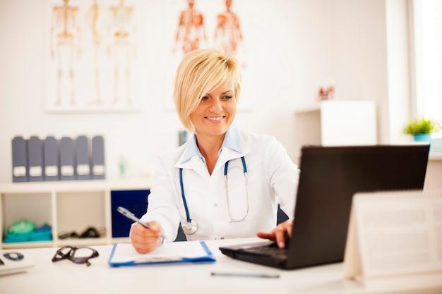 Verificando resultados médicos no laptop