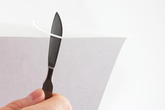 Verifique as lâminas de afiação de bisturi médico no papel
