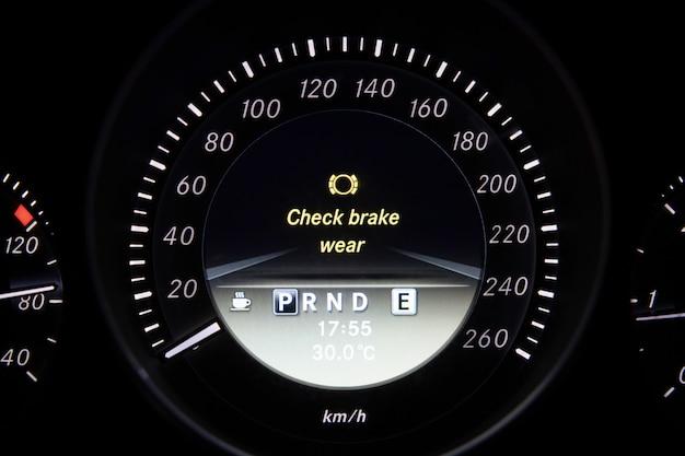 Verifique o sinal de desgaste do freio no painel do carro