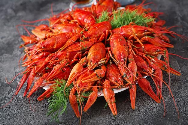 Vermelho cozido craw peixes na mesa em estilo rústico